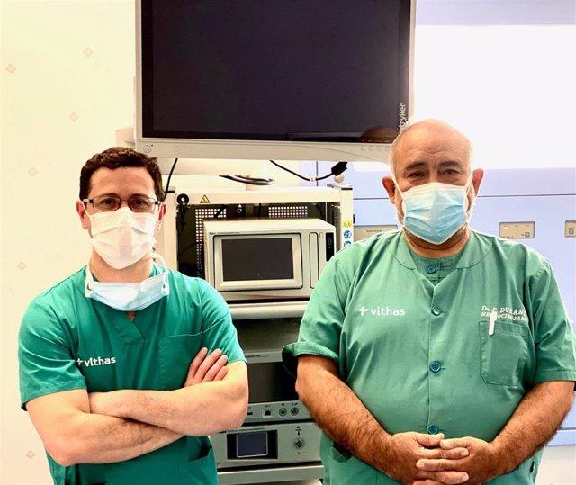 Los doctores Durand Neyra y Ariel Kaen del Hospital Vithas Sevilla