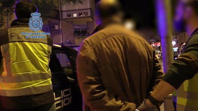 Imagen del detenido, custodiado por la Policía Nacional
