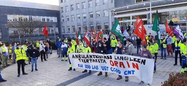 Sindicatos exigen frente al Hospital Donostia la vacunación del personal de transporte sanitario subcontratado