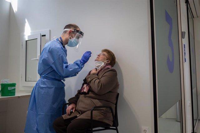 Profesionales sanitarios trabajan en el edificio Garbí-Vall de Hebrón, en Barcelona