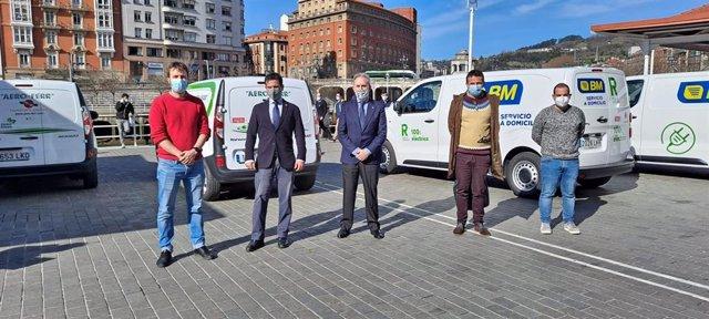 Bilbao presenta 10 nuevas furgonetas eléctricas y subvencionará a compañías de distribución que opten por ellas