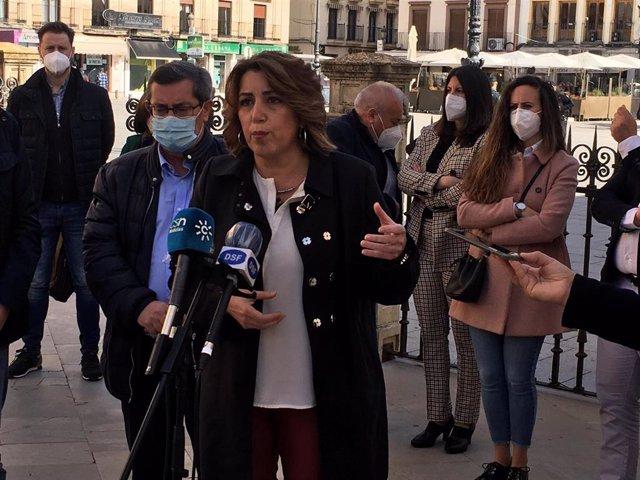 """Susana Díaz se congratula del resultado del PSC y espera que """"se abra ese rayo de esperanza"""" en Cataluña"""
