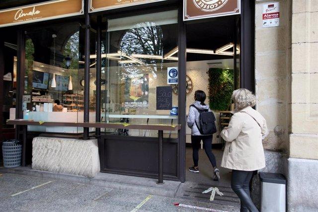 Archivo - El plazo para comprar los bonos descuento online de apoyo a la hostelería de San Sebastián finaliza el sábado