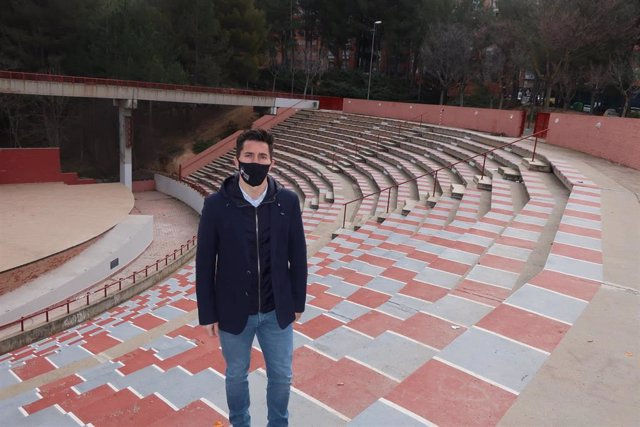 El concejal de Cultura del Ayuntamiento de Teruel, Carlos Méndez, visita las mejoras realizadas en el Auditorio del Parque de los Fueros-Ricardo Eced.