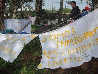 Pancartas de protesta en Las Raíces