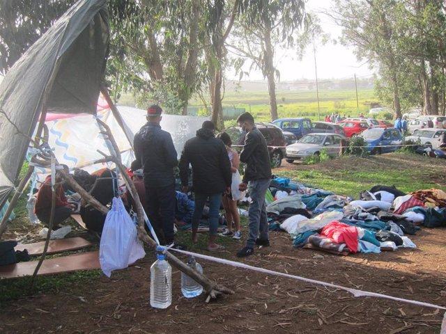 Migrantes que duermen por fuera del campamento de Las Raíces