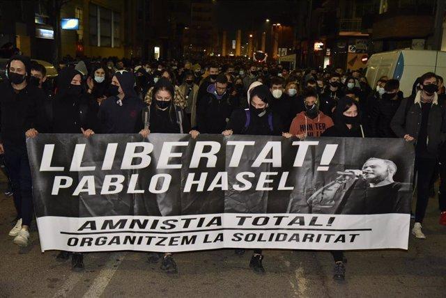 Sucesos.- Unas mil personas protestan en Lleida por el encarcelamiento de Pablo Hasél