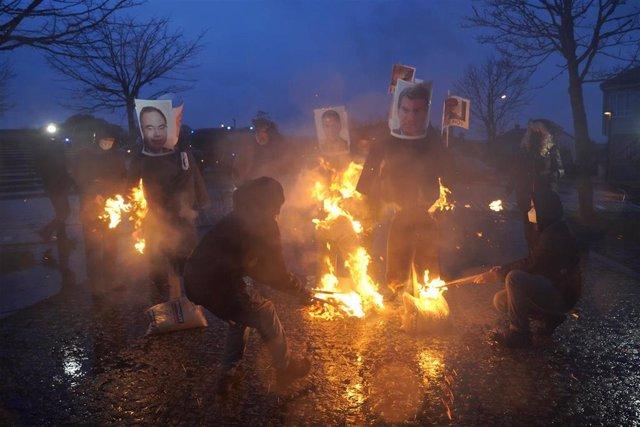 Hosteleros queman 'mecos' de Sánchez, Bugallo y Feijóo ante Monte Pío, donde escenifican la muerte del sector