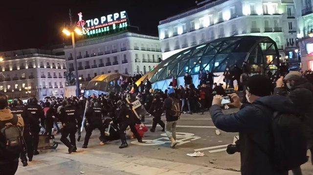 Momentos de tensión y lanzamiento de objetos contra los agentes en la concentración en Madrid en apoyo a Pablo Hasel