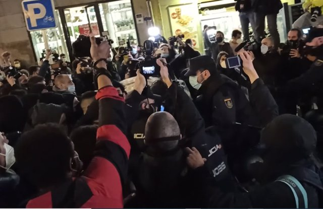 La Policía carga contra los manifestantes que apoyan a Pablo Hasel en la Puerta del Sol de Madrid