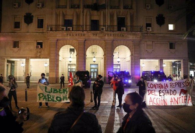 """Sevilla.-Concentración en los juzgados en demanda de """"libertad"""" para el rapero Hasel tras ser encarcelado por su condena"""