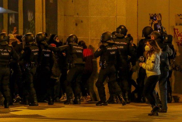 Varios agentes de la Policía Nacional contra los manifestantes durante una manifestación contra el encarcelamiento del rapero y poeta Pablo Hasel, en la Puerta del Sol, en Madrid