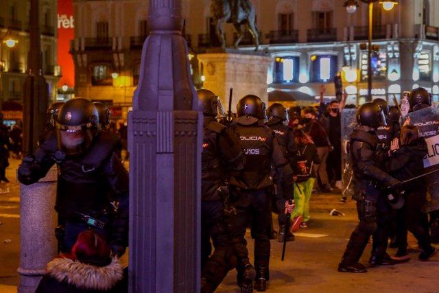 Varios agentes de la Policía Nacional contra los manifestantes por los altercados producidos durante una manifestación contra el encarcelamiento del rapero y poeta Pablo Hasel, en la Puerta del Sol
