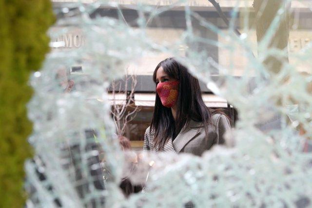 Begoña Villacís visita la zona de Puerta del Sol tras los disturbios