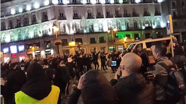 VÍDEO: Momentos de tensión y lanzamiento de objetos contra agentes en concentración en Madrid en apoyo a Pablo Hasel