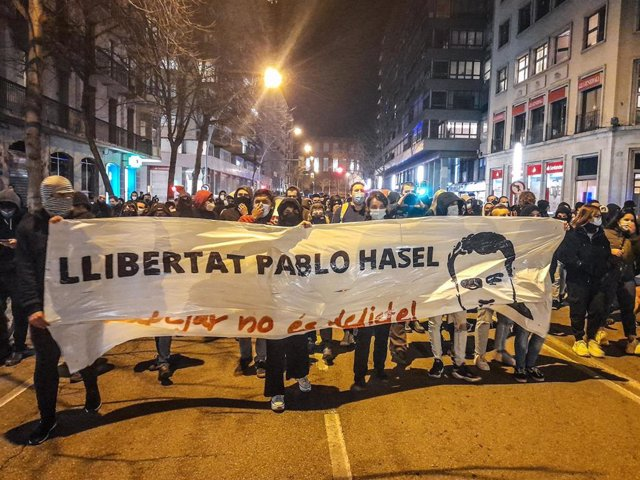 Sucesos.- Destrozos en mobiliario y saqueos en comercios en Girona en la protesta por Hasel