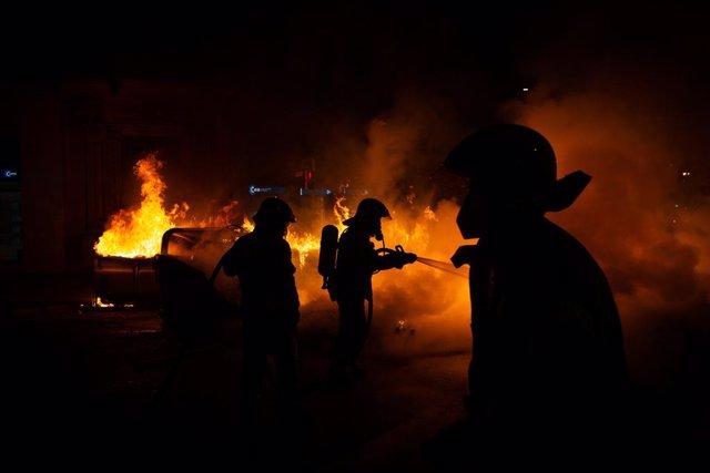 AMP.- Segunda noche de disturbios en Barcelona en protesta por el encarcelamiento de Pablo Hasel