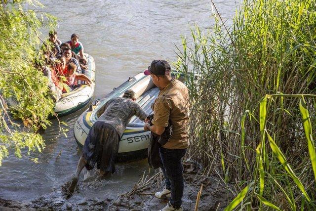 Archivo - Migrantes cruzan el Río Grande.