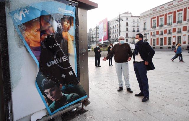El vicepresidente y portavoz del Gobierno de la Comunidad de Madrid, Ignacio Aguado, conversa durante un recorrido programado por el centro de la capital para valorar los destrozos