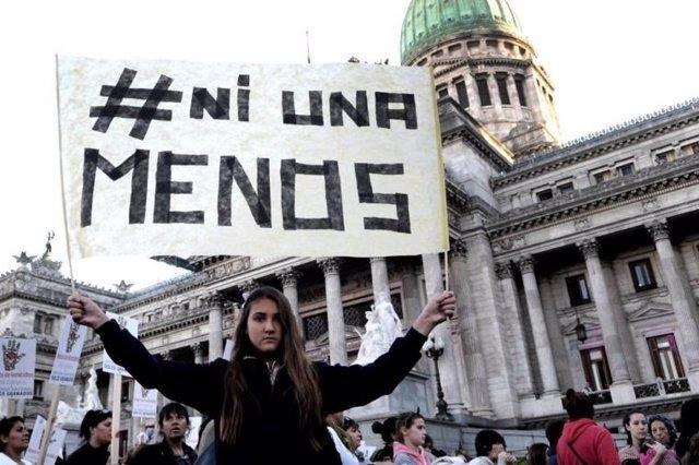 Archivo - Argentina.- Miles de personas protestan frente al Palacio de Tribunales de Buenos Aires contra la violencia machista