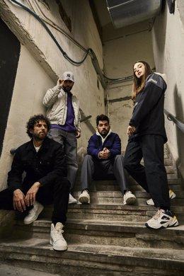 Archivo - Sergio (sentado a la izquierda) y Sandra, de Delaporte, posan junto a los integrantes de Siloé: Xavi Roads (de pie) y Fito Robles (sentado en el centro).