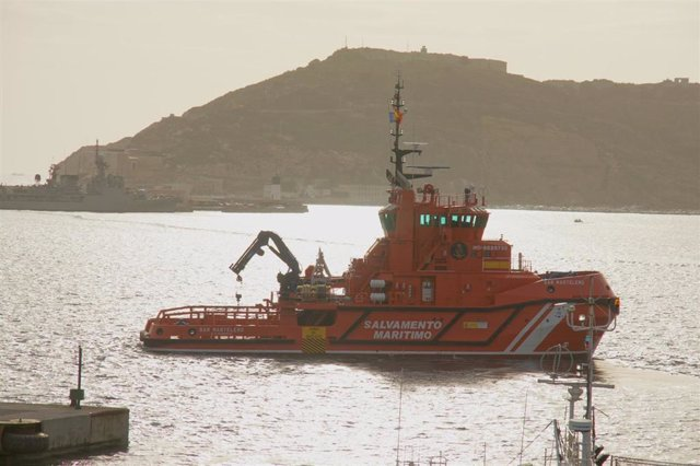 Archivo - Granada.- Sucesos.- Desembarcan en Motril 27 inmigrantes magrebíes rescatados de una patera en aguas de Alborán