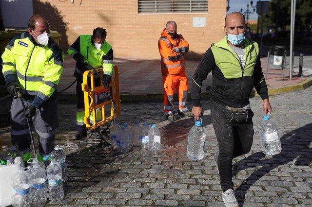 """Archivo - Sevilla.- Declarada otra vez """"no apta para el consumo"""" humano el agua de Marchena pero ahora por un plaguicida"""