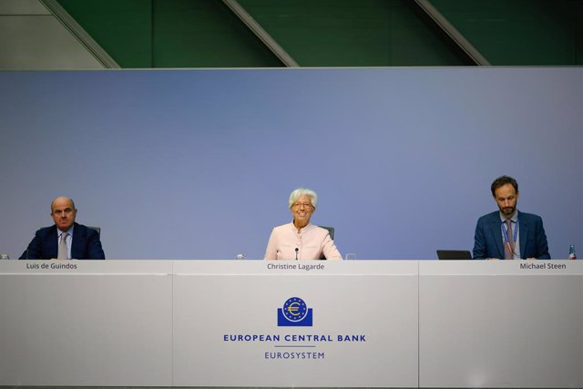 HANDOUT - 16 July 2020, Frankfurt: President of the European Central Bank (ECB) Christine Lagarde (C) speaks next to ECB Vice President Luis de Guindos (L) and ECB Head of media relations Michael Steen during a press conference. The ECB decided again this