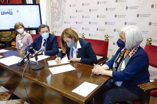 Firma del convenio en el Ayuntamiento de Granada para el programa educativo 'Conoce tu patrimonio municipal'