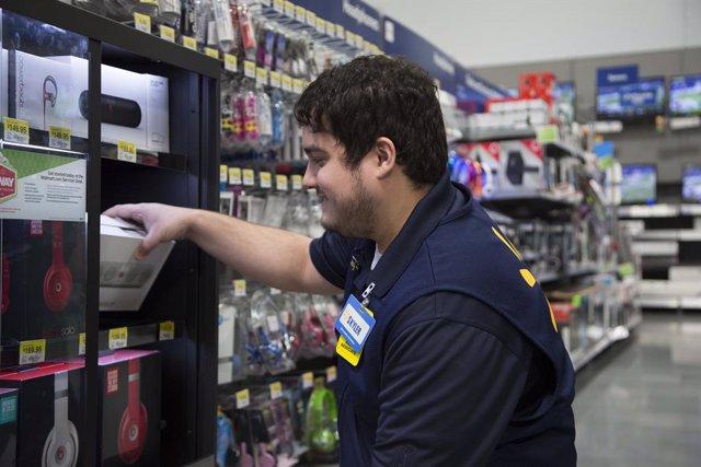 Archivo - Un trabajador de Walmart