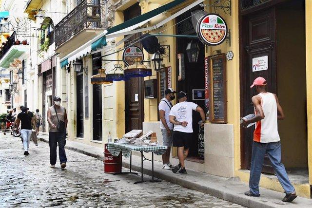 Personas con mascarilla en La Habana