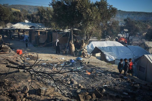 Archivo - 09 September 2020, Greece, Lesbos: Smoke rises in Moria refugee camp on the north-eastern Aegean island of Lesbos. A huge fire has almost completely destroyed the camp, home to thousands of migrants living in already dire conditions, dialing up
