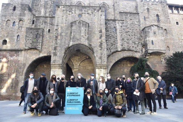 Participants en la concentració de l'Acadèmia Catalana de la Música per demanar la llibertat del raper Pablo Hasél a Barcelona