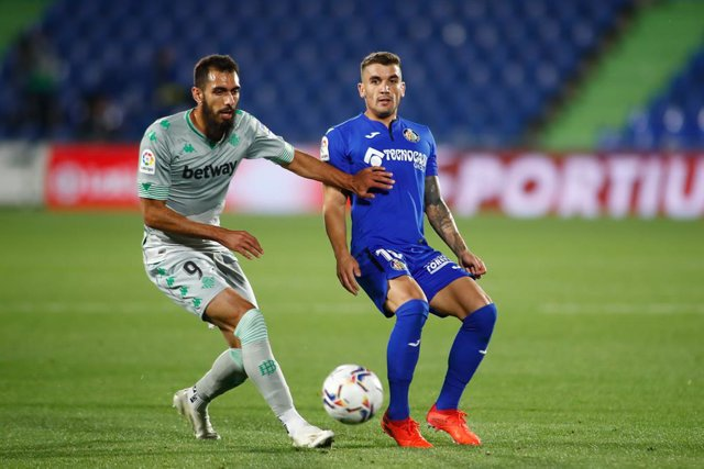 Archivo - Mauro Arambarri of Getafe and Borja Iglesias of Real Betis in action during the spanish league, La Liga Santander, football match played between Getafe CF and Real Betis Balompie at Coliseum Alfonso Perez stadium on september 29, 2020 in Getafe,