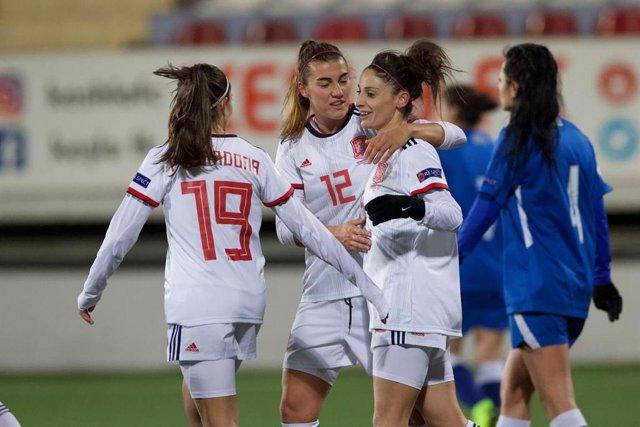 Esther González celebra con Patri Guijarro y Marta Cardona uno de sus goles en el Azerbaiyán-España