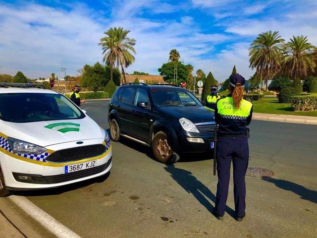 Archivo - Controles de la Policía Local de Alcalá de Guadaíra (Sevilla) por el cierre perimetral.
