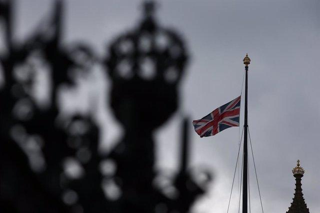 Archivo - Bandera de Reino Unido a media asta en una imagen de archivo.
