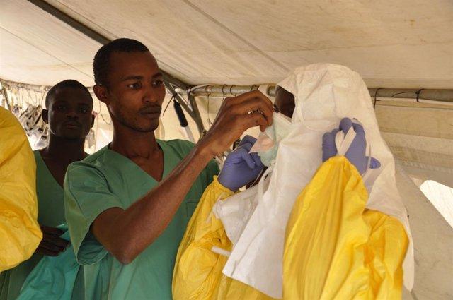 Archivo - Miembros del equipo médico de MSF se preparan para atender a pacientes de Ébola