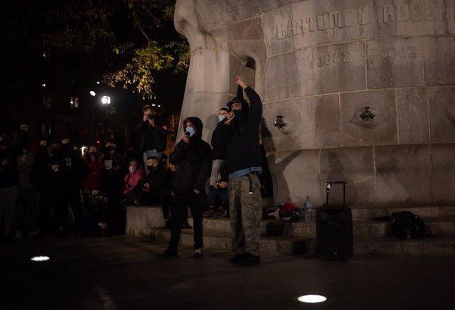 Unes 300 persones es manifesten per tercera nit seguida a Barcelona per la llibertat de Pablo Hasel, i diversos rapers han participat, a Barcelona, el 18 de febrer de 2021.