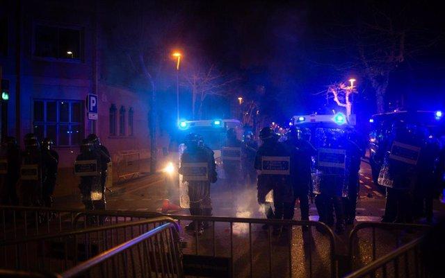 La línia policial dels Mossos d'Esquadra davant la seu de la Conselleria d'Interior, quan s'estan produint llançaments per part dels manifestants per la llibertat de Pablo Hasel, a Barcelona, el 18 de febrer de 2021.