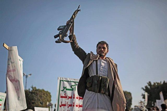 Un militante houthi levanta un arma en una manifestación contra Estados Unidos el pasado enero.