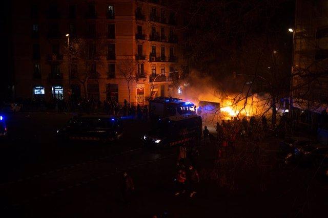 Barricades i llançaments contra Mossos d'Esquadra en el tercer dia de manifestació per la llibertat de Pablo Hasel a Barcelona, el 18 de febrer de 2021.