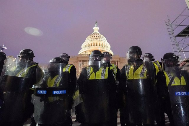 Archivo - 06 January 2021, US, Washington: Police officers stand guard outside the USCapitol after supporters of US President Donald Trump stormed the building where lawmakers were due to certify president-elect Joe Biden's win in the November election a