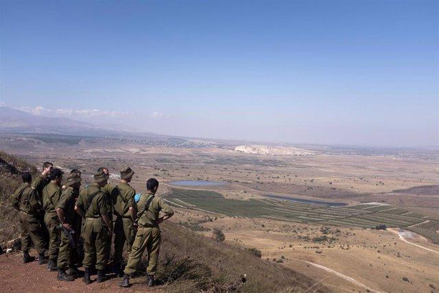 Archivo - Soldados de Israel miran al horizonte en los Altos del Golán en una imagen de archivo.