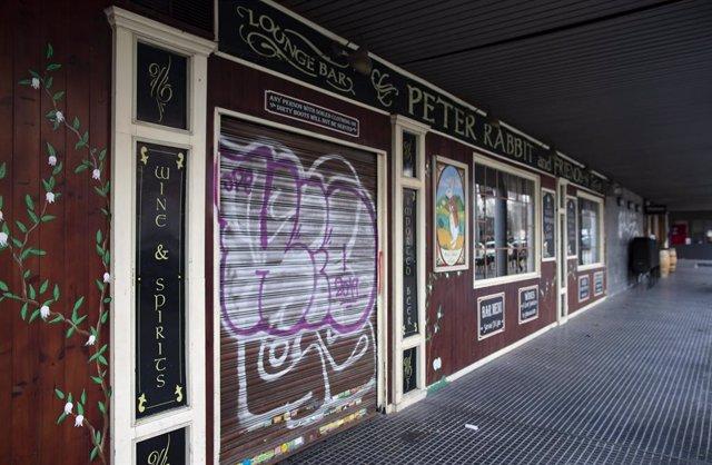 Establecimiento hostelero cerrado en Carabanchel, en Madrid (España), a 12 de febrero de 2021. La Consejería de Sanidad de Madrid ha informado hoy de que el toque de queda se mantendrá a las 22.00 horas hasta el jueves de la semana que viene, y el cierre