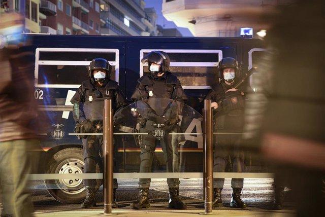 Varios agentes de la Policía Nacional contra los manifestantes durante una protesta contra el encarcelamiento del rapero Pablo Hasél