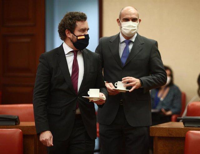 El portavoz de Vox en el Congreso, Iván Espinosa de los Monteros (i), con un café al inicio de una Comisión de Asuntos Exteriores en el Congreso