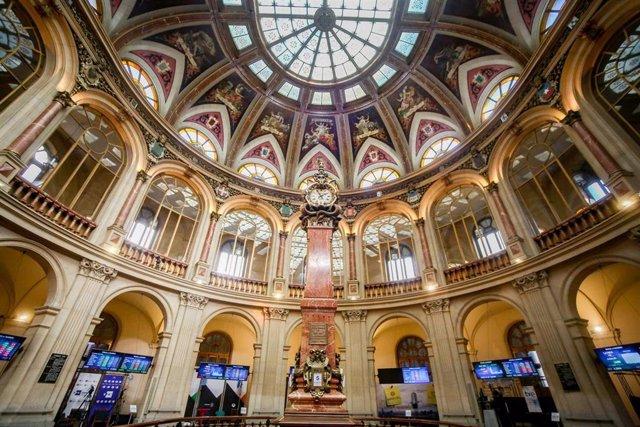 Archivo - El interior de la Bolsa de Madrid (España),