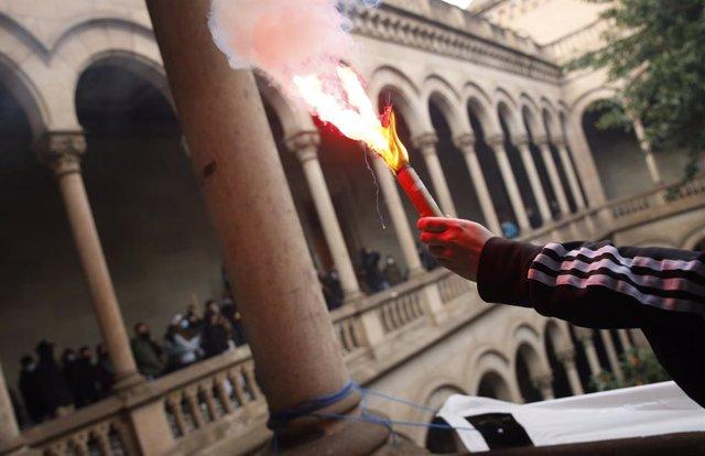Acció dels manifestants del SEPC a l'interior de l'edifici històric de la UB, a Barcelona, contra l'empresonament del raper Pablo Hasél.
