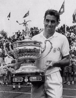 El tenista español Manolo Santana con el trofeo de campeón del Trofeo Conde de Godó de Barcelona de 1970